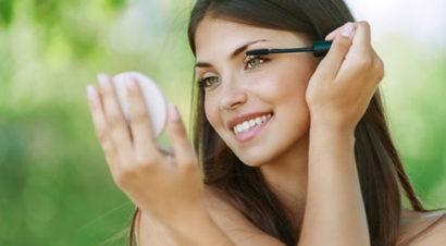 нанесение косметики на лицо